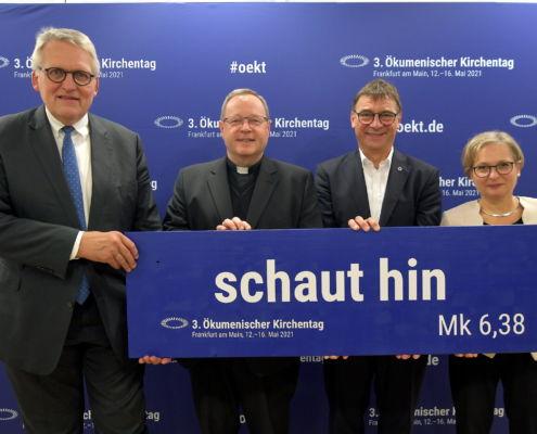 Präsident Thomas Sternberg, Bischof Georg Bätzing, Kirchenpräsident Volker Jung und Präsidentin Bettina Limperg präsentieren das Leitwort des 3. ÖKT: schaut hin